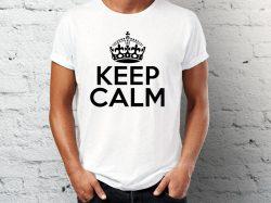 štampa na beloj majici sa natpisom